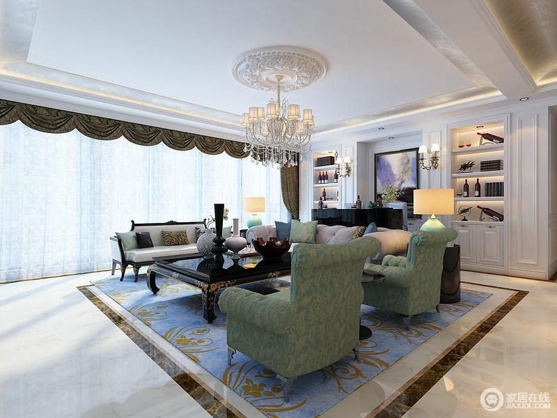 客厅结构规整,金箔吊顶将光线晕染开来,与石雕灯顶及欧式吊灯呈明快轻华;定制得白色木材收纳柜带着法式气息,与吧台显黑白经典;圆几和绿色陶瓷台灯对称在沙发两侧,而绿色扶手椅与蓝色地毯的花卉设计尽显生机,并与复古时尚与罗马帘呈贵气,让你体验豪华。