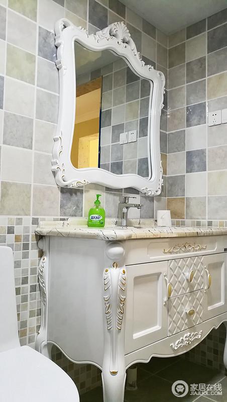 卫生间采用干湿分区设计,特别干区,典型欧式线条的镜面和洗面柜,高贵、大方。