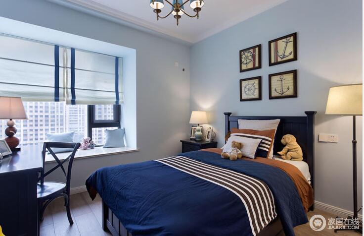 卧室以浅蓝色漆粉刷墙面,与深蓝色床品构成同色系的对比,浓淡之间,更为沉静;美式实木床头柜和书桌十分考究,暖色调的装饰画有助于调和舒适与温暖,飘窗也是巧妙地营造惬意和休闲的生活氛围,而不同款式的台灯满足不同的需要,让生活更为舒适。
