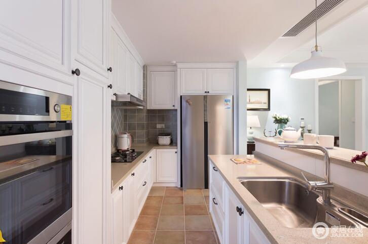 这套房子的厨房呈狭长形,主人采用了L型橱柜放大空间,白色橱柜搭上米色石材台面,既简洁又十分轻稳;墙面铺贴了灰色仿旧砖,让空间实用之余,多了色彩上的层次感,让你在淡淡的色彩中得到那份静谧。