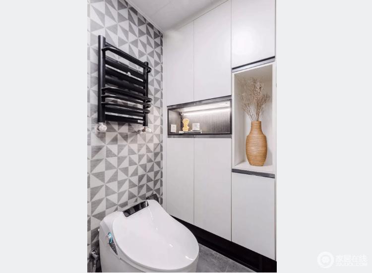 灰白瓷砖较素雅,显得卫生间更干净,定制储物柜让卫生间拥有大收纳空间。
