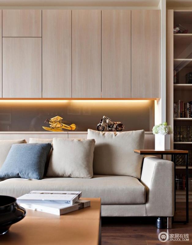 客厅并没有将空间的实用性放弃,而是在以原木地板为基础上,为空间定制了原木顶式柜,增强了收纳性;浅驼色沙发搭配轻巧的圆几,让生活格外简单、惬意。