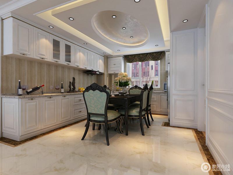 餐厅的吊顶以方圆结构凸显立体动感,L户型的厨房以上下一体式橱柜增加实用,同时凸显规整;灰色大理石台面和木纹砖以石材塑造质感,而欧式绿色黑木椅与餐桌与之呈对比美学,尽显欧式尊贵。
