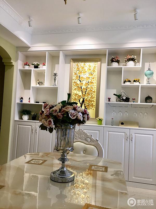 餐厅设计时,应该注重他的实用和效果的结合,在满足了这个基础上再配置一些家具装饰等就更加美观和舒适。