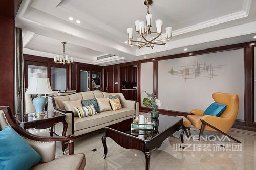 客厅空间无论是家具还是配饰均以其优雅、唯美的姿态,平和而富有内涵的气韵,描绘出居室主人高雅、贵族之身份;常见的落地灯、水晶顶灯亦是新古典风格的点睛之笔,却因为驼灰色漆与木质结构,让空间更为利落,新古典家具的洛可可俏皮,无疑释放着中性时尚。