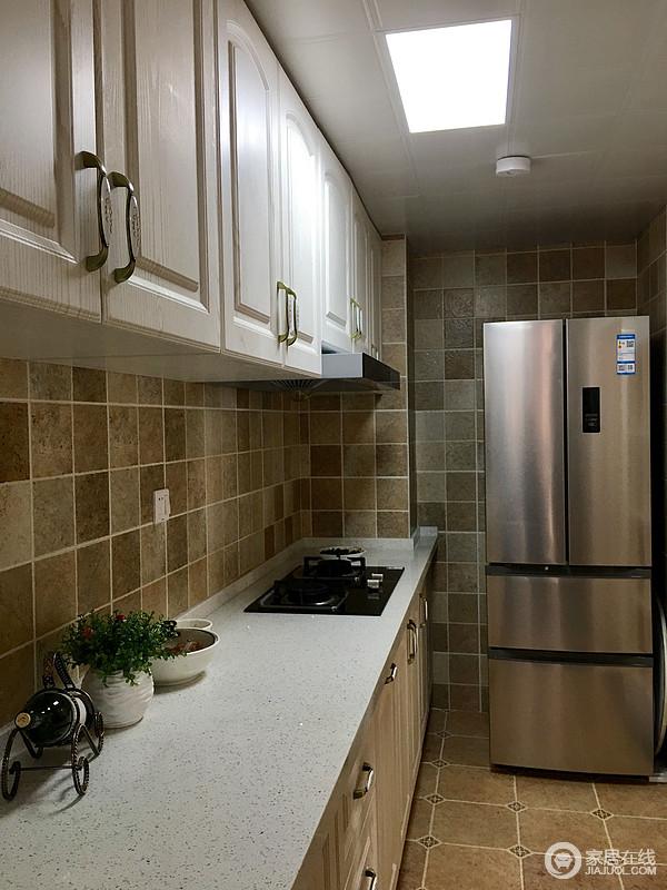厨房的光线不好,面积不大。就把生活阳台和厨房做了一个联通的设计,厨房瞬间看上去就大气了。