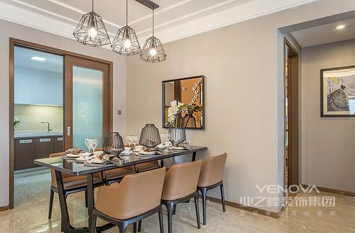 本案例卫浴宜化星都汇,126平三居室的设计极富现代美学;设计师从功能规划到色彩搭配、软装陈列等都秉承了精致、舒适的理念,不论是运用了石材和实木家具、还是浅色布艺等,都巧妙地构建室内的主体轮廓,以简洁的装饰手法,营造出了一种雅致且品位不凡的家居空间。