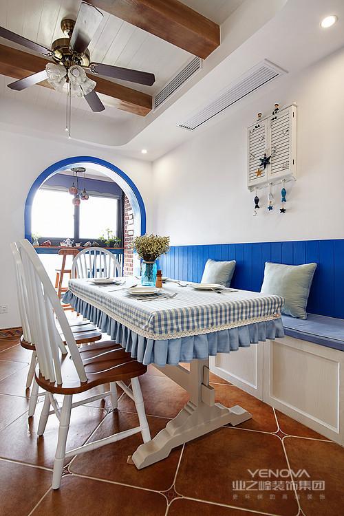 餐厅的拱形门以白墙与蓝色门框结合,多了海天的清新感,并与整体的空间色调相呼应,让生活多了地中海的味道。