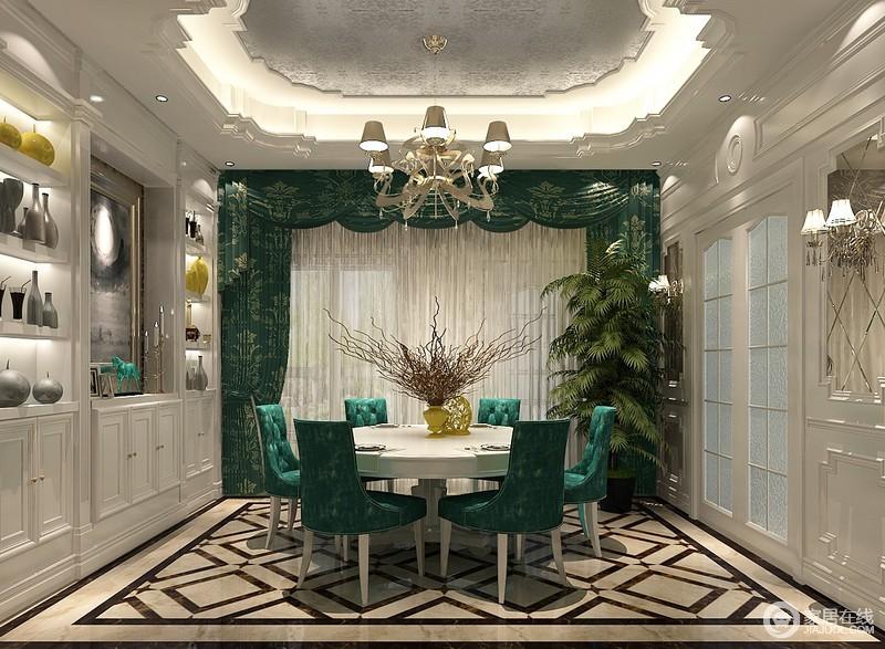 在家具选配上,一般采用宽大精美的家具,配以精致的雕刻,整体营造出一种华丽、高贵、温馨的感觉。