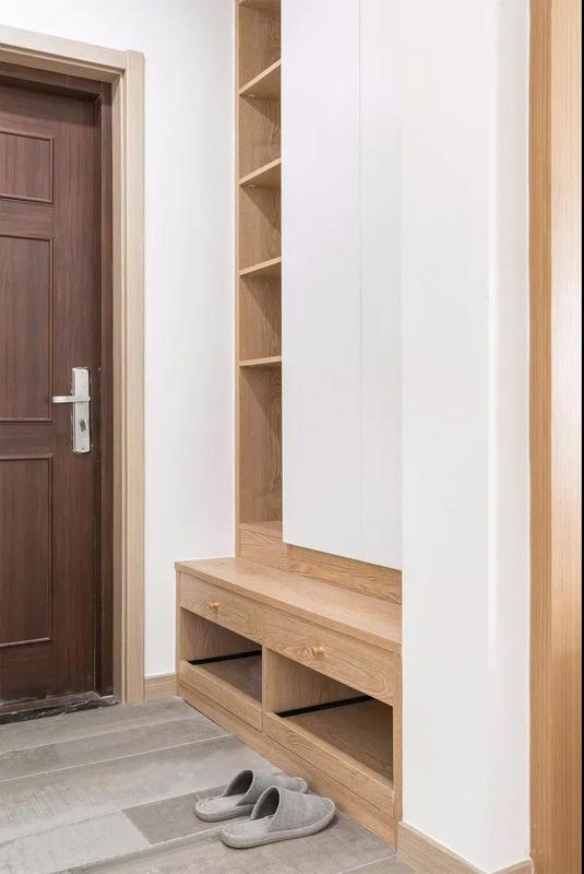 门厅的设计精巧又实用,从座位到鞋柜再到置物架,应有尽有。