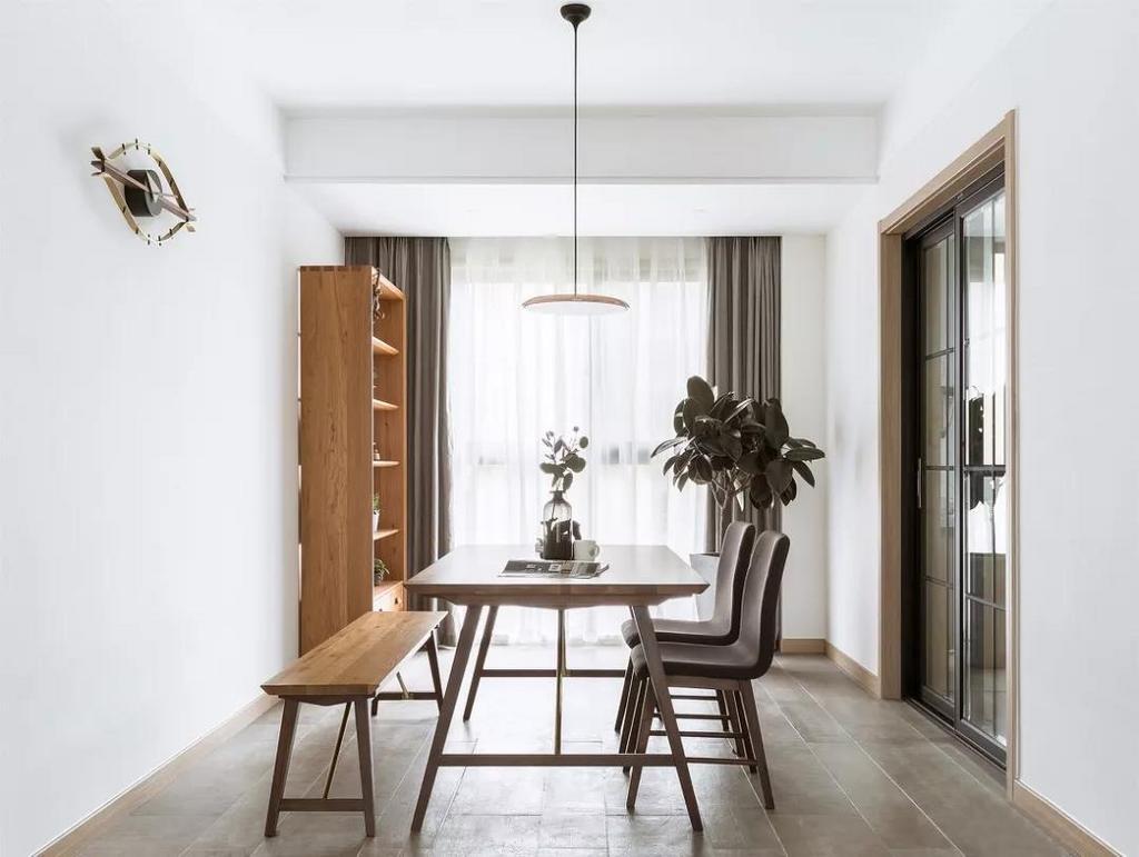 餐厅,纯净的白色能带来清透澄明的感觉,将最贴近自然的木质与绿植应用在空间中,展现出自然舒适的格调。