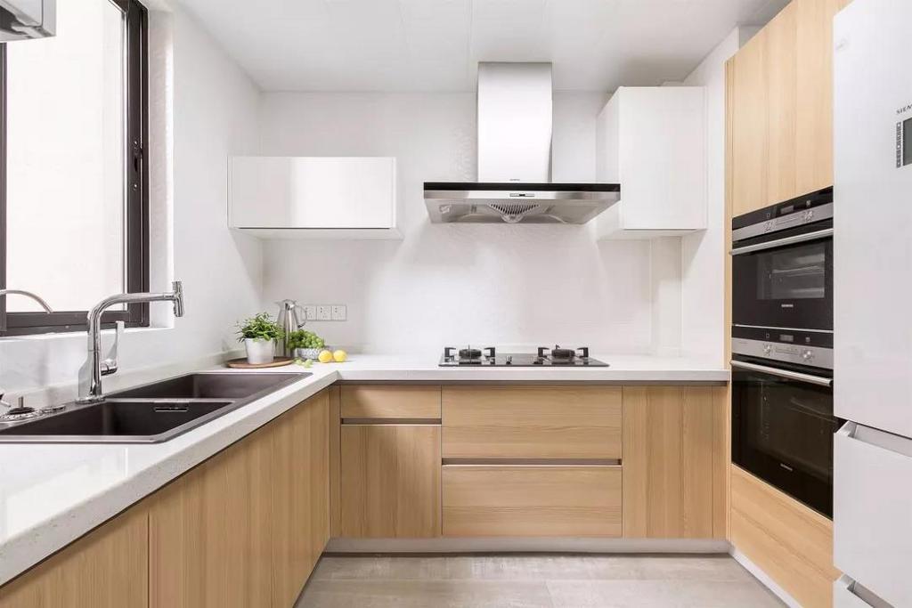 宽敞的厨房中每一寸空间都被完美利用,嵌入式的小家电美观实用,原木纹理的橱柜提供较多的收纳空间。
