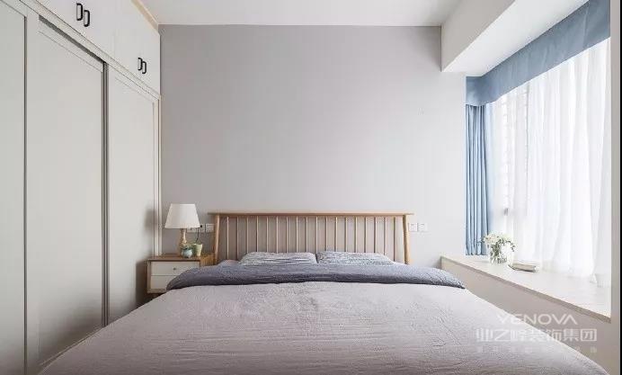 北欧风以其简洁、清新的格调,吸引着众多年轻人,在这款90㎡的两居室当中,室内以浅色系为主,搭配原木色家具,是典型的北欧设计。但其中又有一些亮点,比如色彩搭配、巧妙的装饰等,其中要重点说的是,书房包梁避柱的榻榻米设计,使得空间得以最大化利用,值得大家去参考