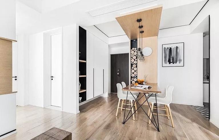 玄关、餐厅、厨房在同一水平线,以天花和地面材料做软隔断区分,减少视觉的阻碍,保持小户型顺畅的动线,同时也维持了不同空间的独立功能。