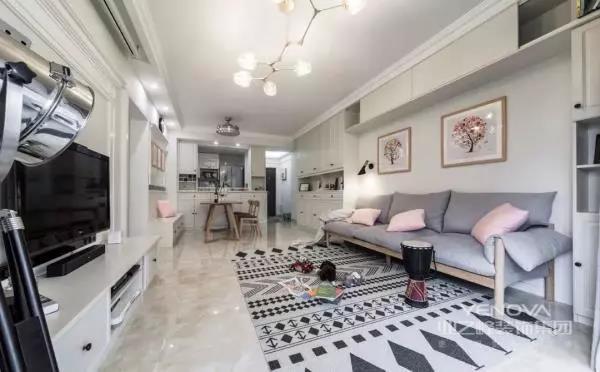 舍弃了茶几之后,客厅自然也会更为宽敞。浅灰色的布艺沙发搭配粉色的抱枕,让空间多出了一丝浪漫的感觉。