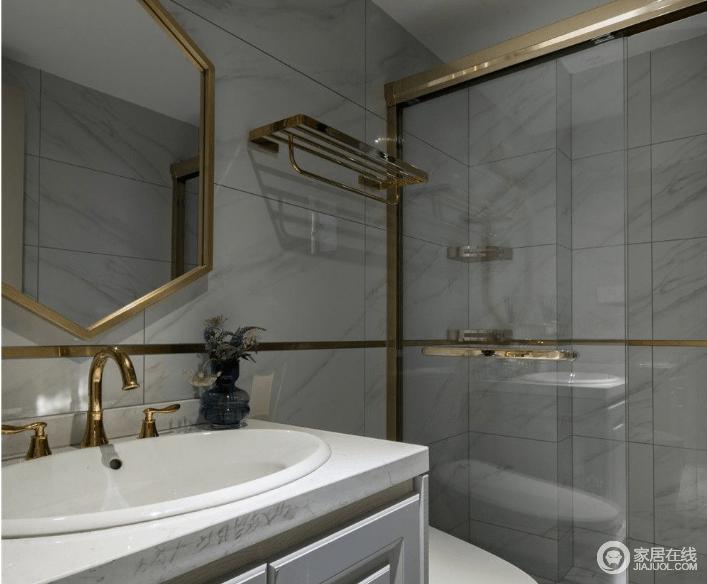 卫生间这块选用大理石瓷砖全贴,搭配黄铜元素,突出干净和轻奢,同时也使用干湿分离的方式,让生活更有品质。
