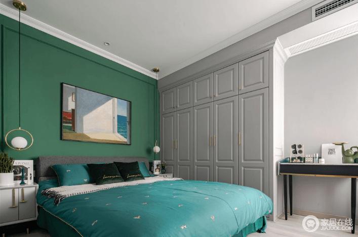 卧室采用对称型设计手法,床头柜和床头吊灯自然形成镜像效果,复古的绿色背景墙与抽象的挂画,搭配中性灰色的衣柜,让整个空间沉寂和轻快;吊顶采用平顶+无主灯设计,一是层高不受影响,也不会有吊灯在中间觉得压抑的问题,足够温馨。