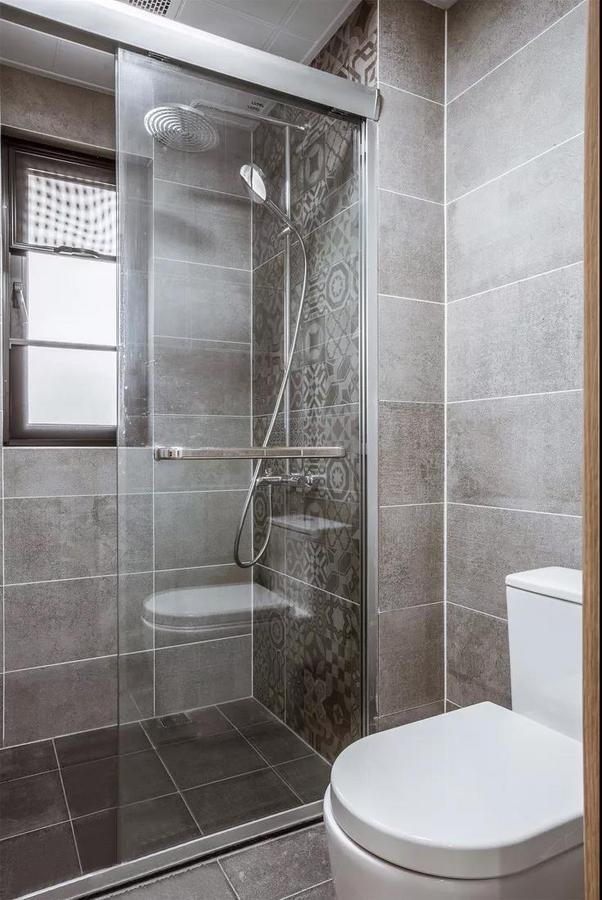 水泥灰的运用制造出原始粗犷的感觉,淋浴房花砖墙成为内室的亮点。