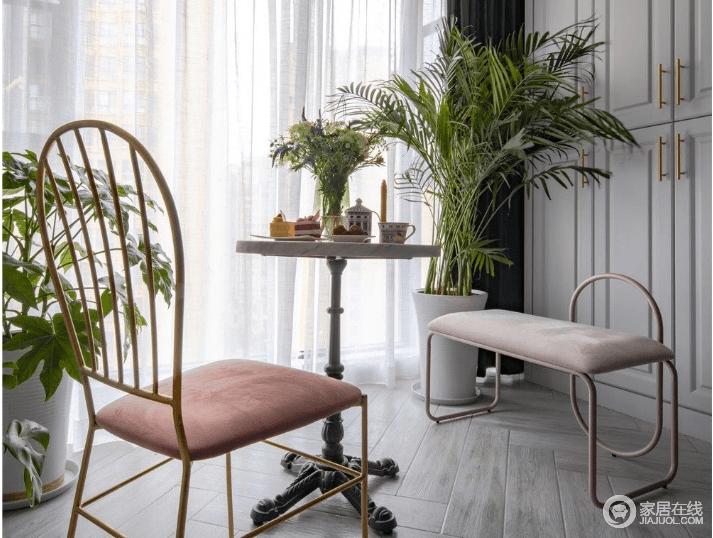 阳台虽小,但还是需要满足情感上所需的浪漫和情调;不妨选择一个下午,约三两好友,在这个粉色座椅和实木圆桌、绿植妆点的空间,放松一下。