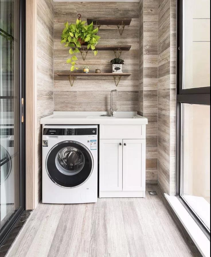 洗手台与洗衣机是阳台的标配,设计师为了增加阳台的美观和实用性,在墙面设计了三排置物架,方便屋主放置绿植等。