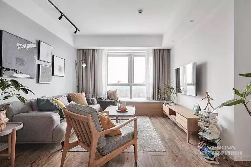 ▲ 客厅整体简洁大方,靠窗设计了一排木质飘窗,配以木质地板,传达出温暖细腻的感受。