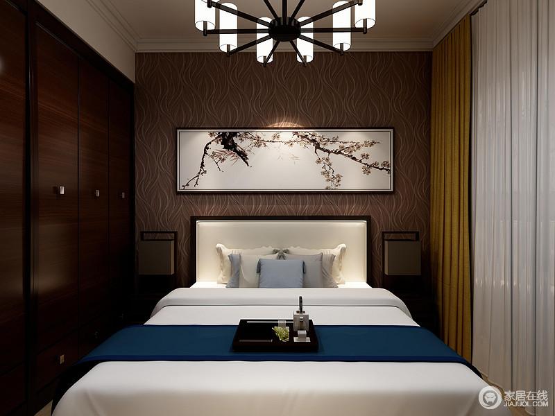 空间以褐色曲线壁纸来美化背景墙,同时与衣柜的色彩形成统一,奠定了稳重,梅花图提升了空间的东方之意,搭配蓝白床品,添置些许清雅。