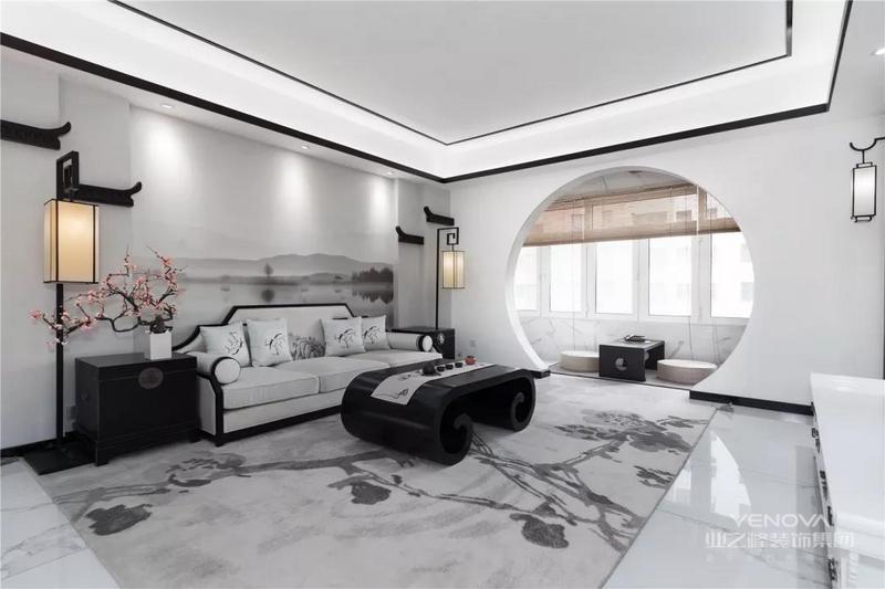 这是一套153平米的户型,整体以独特优雅的江南水乡风情的格调,以诗意朦胧的山水与墨色的装饰元素,营造出一个别具一格的新中式风格,带来的是一种焕然一新的氛围感。
