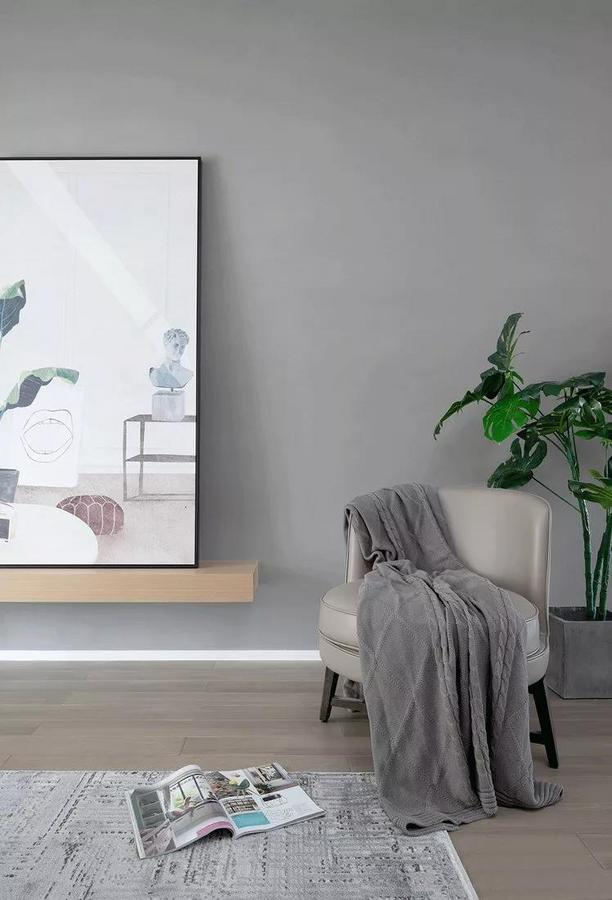 灰色单椅优雅而舒适,木质元素与绿植的加入,营造贴近自然的居家氛围。