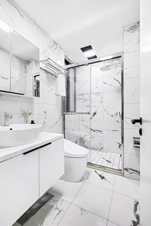 白色大理石瓷砖的自然的水墨纹路是卫生间一大亮点,任意的拼贴就营造出一种意境感,乍一看以为是灵动的游鱼。