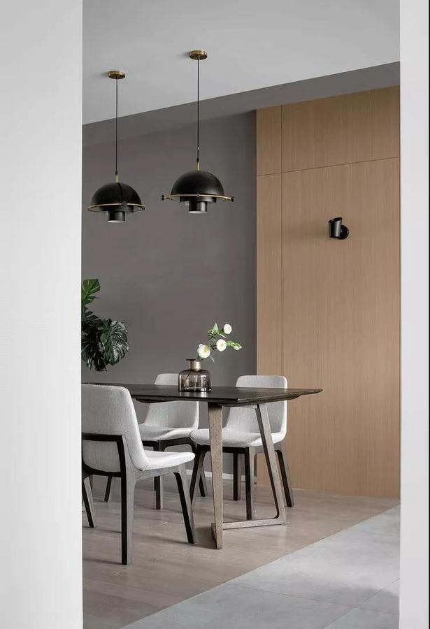 餐厅选用长桌更符合空间基调,同时也能节约空间。高端别致的餐桌椅与灯光的结合,让业主拥有浪漫雅致的用餐时间。