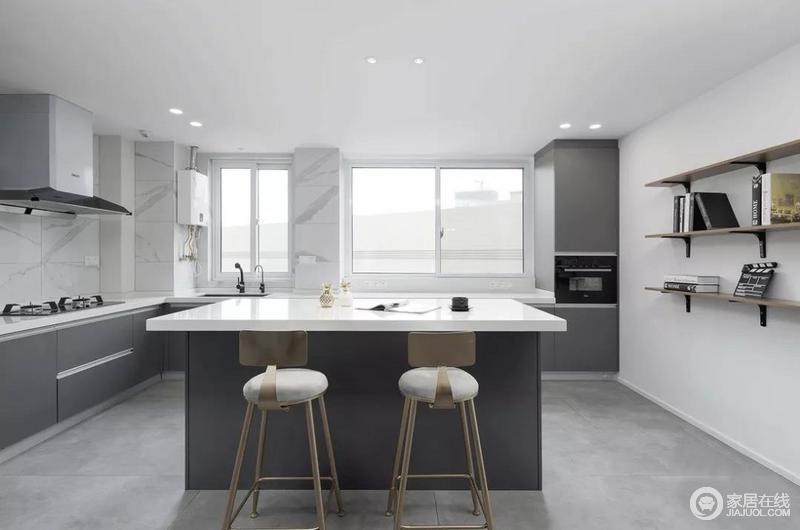 厨房空间较大,设计师将其做了重新规划和利用,单独设计的岛台提高空间利用率,也更贴合业主的生活喜好,中西厨烹饪烘培都可随意选择。