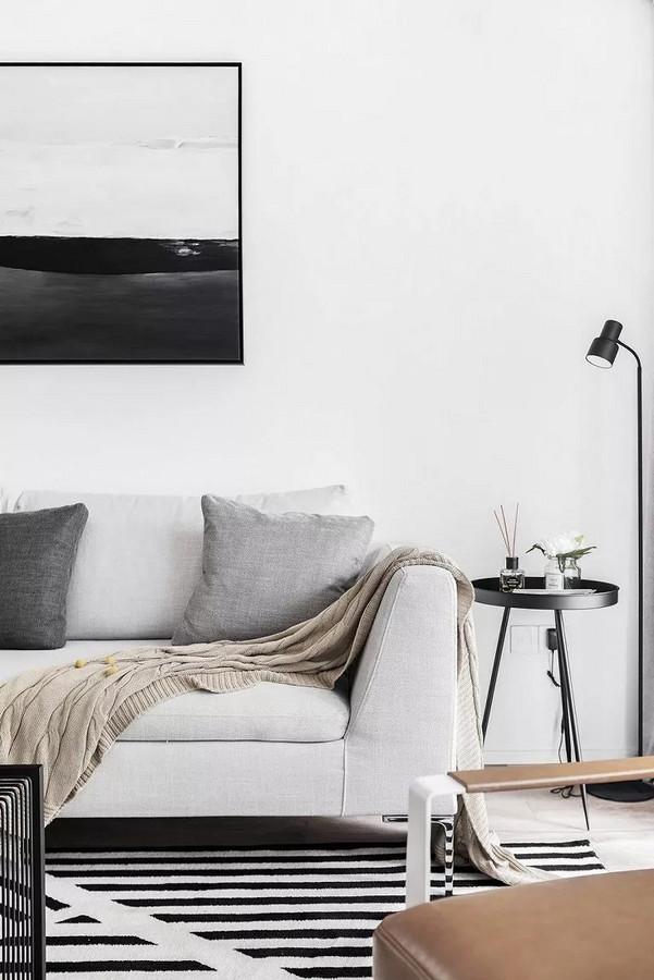 墙角放一个黑色的高脚茶几和落地灯,填补视线的空旷,也为日常随手放置东西提供了那方便。