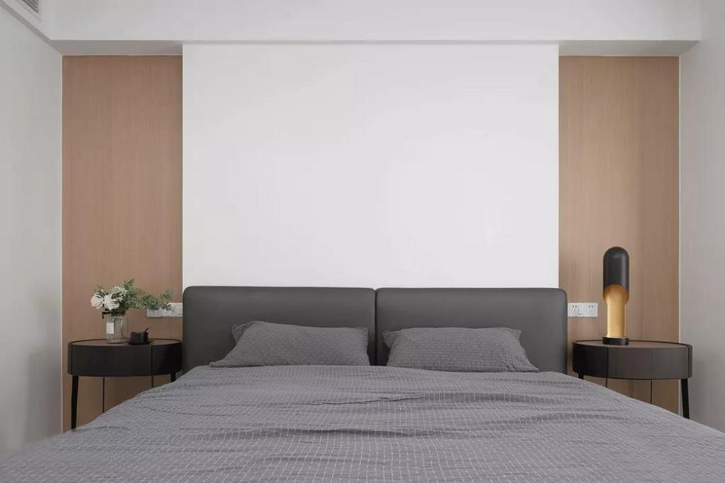 灰色系大床与床品静谧而舒适,加入少许的黑色提升空间格调。