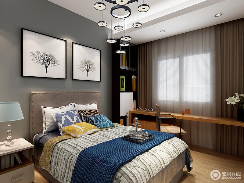 空间以深灰色漆来粉刷墙面,借白底树木的挂画来强化和对比,更具视觉感;窗户旁的长木桌和黑白木柜让空间多了实用性,而圆片吊灯的垂落感,增加了空间的轻盈,不失大气。