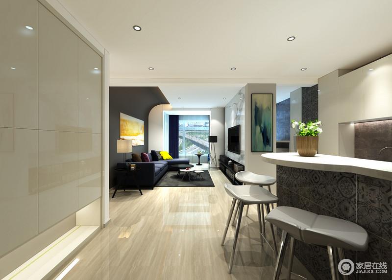 空间在原有结构的基础上,将实用为尚,并通过黄色或者绿色抽象写意画,来张扬艺术风姿,让空间颇具情调;灰色花形砖石铺贴出异域特色,与白色台面组合吧台,巧妙将厨房与走廊分区,并以金属高脚凳构成开放式就餐区,让人享受自在和放松。