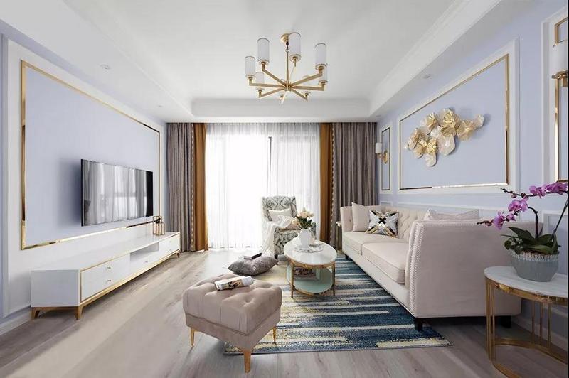 客厅地面通铺橡木地板,色泽清新美观;抽象线条设计的现代轻奢地毯铺设其中,加以金色勾勒的家具与灯饰,让整个空间更显精致。