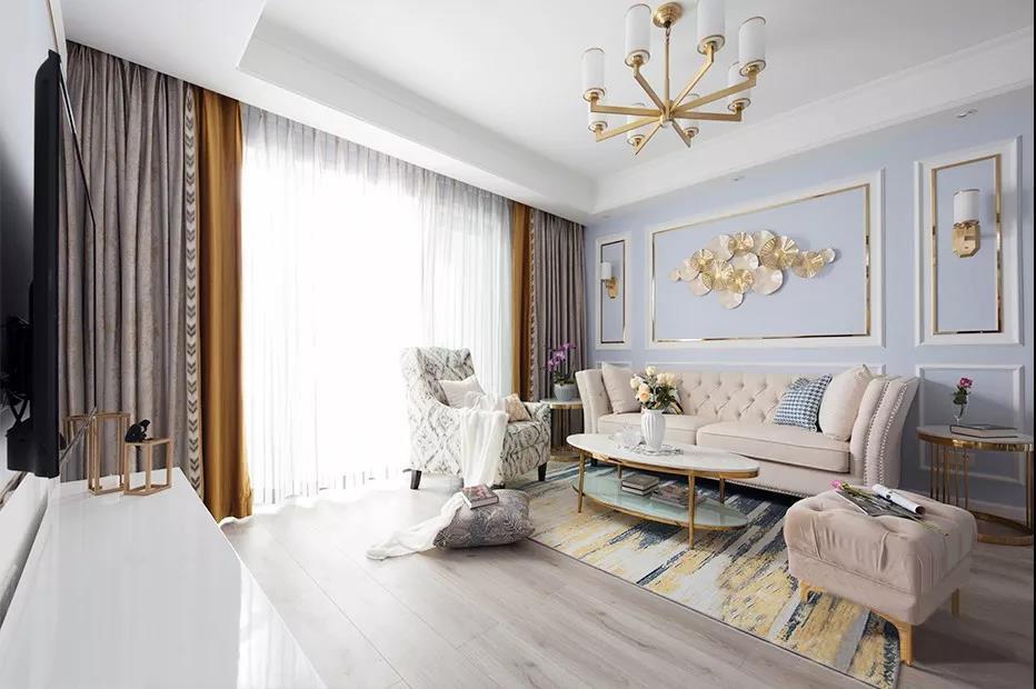 美式三人位沙发坐感轻松又显自然,经典的银钉铆边作为配饰,褶皱间隐藏不住的典雅质感油然而生。