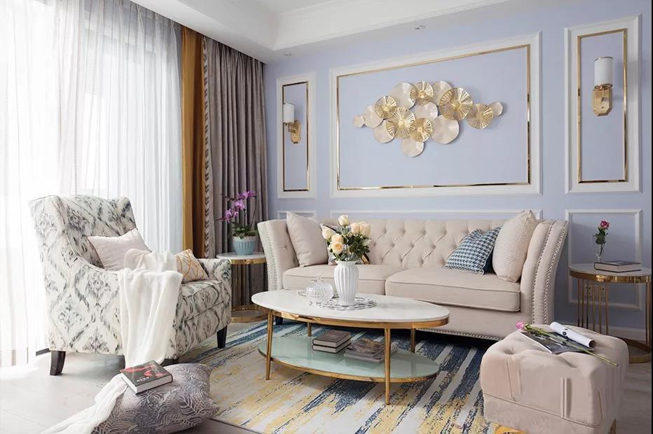 淡紫色沙发背景墙与定制装饰亮条组合,清爽洁净与精致感并存。墙面背景中间轻盈斑驳的荷叶造型壁饰,让空间呈现别样的风尚。