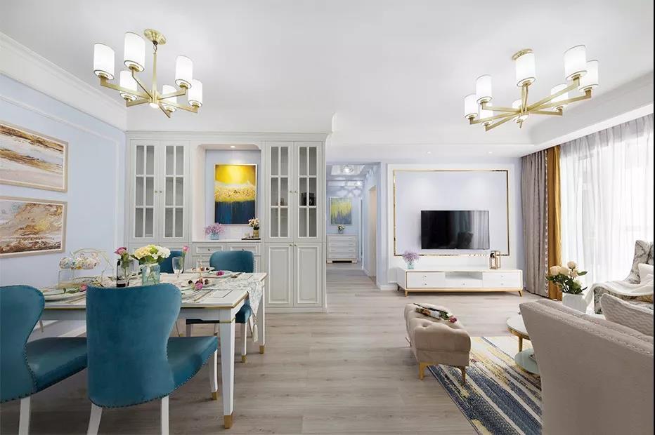 开放式的餐厅与客厅完美的融入到了一起,一体式的格局使空间更显宽敞,经典大气。