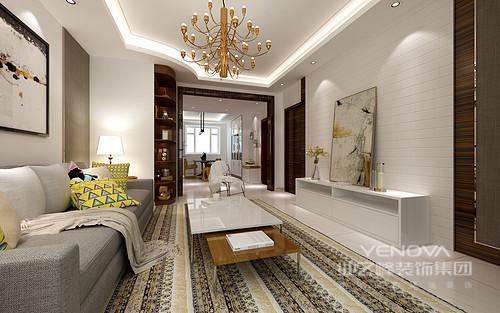 客厅因为结构的缘故,将吊顶设计为不规则造型,并以嵌入式灯带加重结构的变化性,黄铜吊灯别致的造型和质地,让天花多了华丽感;白色板材打造得背景墙以简单的线性之美,与白色电视柜上的艺术画充满了抽象之韵,条纹花形地毯为空间注入了异域风情,简约中蕴藏着清素淡雅。