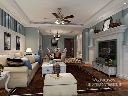 客厅因为蓝色多了和静儒雅,沙发背景墙的蓝色条纹壁纸带来了动律和线条之美,并以拼接的方式,与白色墙面构成和谐,黑白色调的挂画点缀出艺术的抽象;米色沙发与咖色地毯的浓淡之间,借白色茶几,平衡出了美式得体与恬淡。