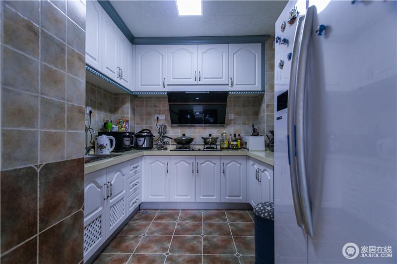 厨房温馨淡雅,疏通的空气透过窗户引进室内,保证下厨环境洁净清新,吊柜和橱柜设计一体化,满足不同功能厨具、材料的收纳。