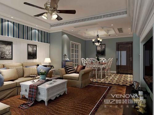 客厅粉刷成了蓝色,与白色吊顶搭配出了优雅感,风扇吊灯张扬着乡村的烂漫;而壁炉式的电视背景墙传递出了古典的尊贵,不管是艺术品的陈列,还是白色柜体家具,都给予空间贵气。