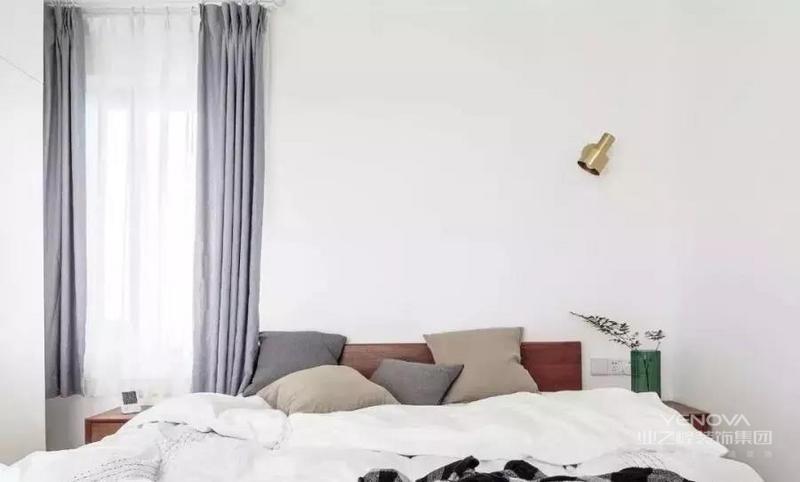 宝宝的房间也做了到顶的衣柜,白色简洁明亮;