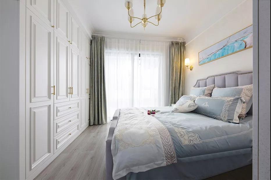 主卧在白色+木色的基调上,增添了柔和优雅的灰紫色,让就寝更加温馨好眠。