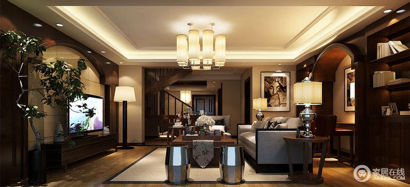 客厅吊顶的矩形线条简单,圆筒吊灯的黄晕之光不仅带来一种沉暖,更是延续方圆得体;背景墙的圆拱造型与学习区的拱形结构呈呼应,书柜对称之余,也多了文艺气息;灰色沙发旁的实木圆几、金属台灯与坐墩成双成对,陈列出和谐与圆满,油画与茶具等裹挟着不同的艺术,生发出多趣与稳重。