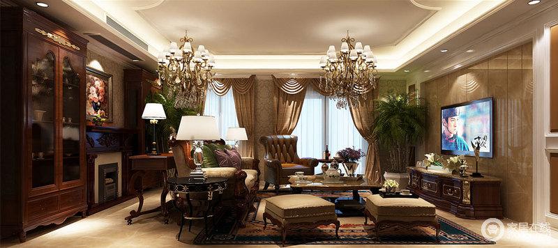 客厅花式吊灯内嵌入式灯带更加突出了造型之美,也与欧式黄铜吊灯呼应出巴洛克之美;欧式浮雕壁纸与驼色罗马帘的柔美装饰出空间的和暖轻奢,壁炉两侧的古典橱柜收藏着主人喜爱的古件,与曲线、雕花的古典家具裹挟出大气、奢华。