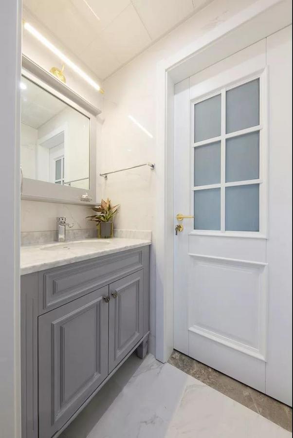卫生间以简约的灰白色为主调,整体简洁优雅;干湿分区的设计有效防止湿气散发,提高使用效率。