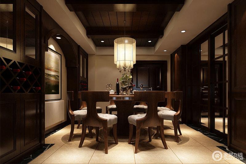 餐厅的木梁吊顶、拱形门的酒柜不仅突出了建筑设计,实用之余,还多了美式田园的大气与古朴;褐色实木推拉门分隔空间,也与整体空间氛围相契合,稳重而老成;I字形实木餐椅造型别趣,与实木圆桌、筒形吊灯组合出空间的美式恬淡与轻尚。