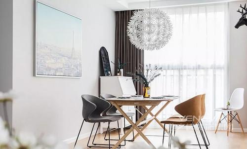 餐厅一张木质餐桌搭配双色餐椅,蒲公英吊灯增添层次,提升空间格调。